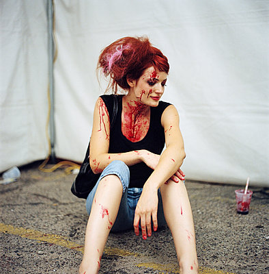 Girl disguise with fake blood on her skin - p1610m2181499 by myriam tirler