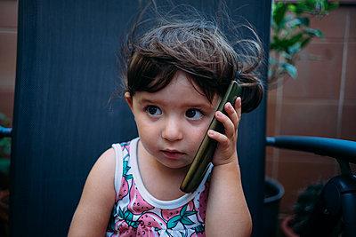 Portrait of baby girl using cell phone - p300m2029114 von Gemma Ferrando