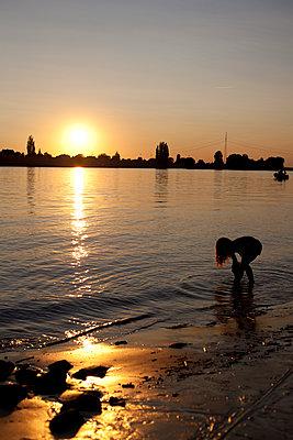 Sonnenuntergang am Elbstrand - p304m919168 von R. Wolf