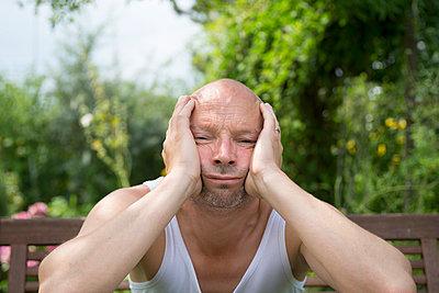 Mann im Garten - p427m917899 von R. Mohr