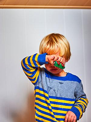 Junge mit Holzeisenbahn - p900m1526343 von Michael Moser