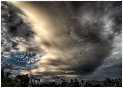 Sturmwolken über einer Oase - p1154m1110193 von Tom Hogan