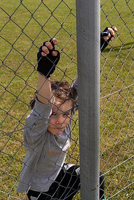 Junge am Zaun - p1338m1488091 von Birgit Kaulfuss