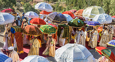 Ethiopia, Amhara Region, Lalibela. A procession of priests carrying tabots (replicas of the Ark of the Covenant) on their heads during the annual Timkat festival of the Ethiopian Orthodox Church which celebrates Epiphany. - p652m1487605 by Nigel Pavitt