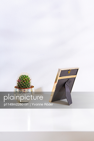 Picture frame against wall - p1149m2280191 by Yvonne Röder
