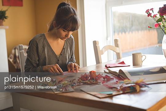 plainpicture - plainpicture p1315m1579252 - Woman preparing craft at home - plainpicture/Wavebreak