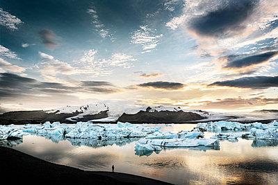 Iceland, South of Iceland, Joekulsarlon glacier lake, icebergs - p300m2023870 von Dirk Moll