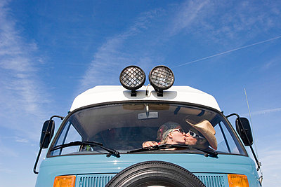 Low angle view of a couple kissing inside a camping van against blue sky kiss kissing leisure lifest - p1025m788576f by Nicklas Blom