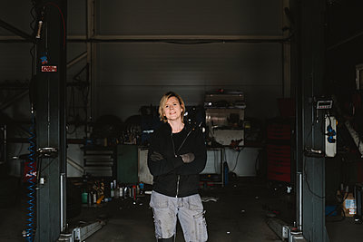 Female mechanic in garage - p312m2207655 by Stina Gränfors