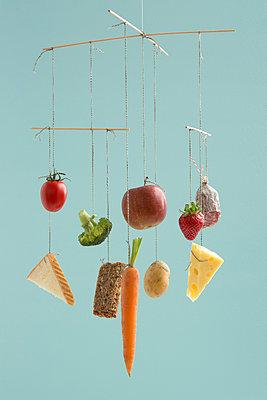 Ernährungs-Mobile - p454m1030919 von Lubitz + Dorner