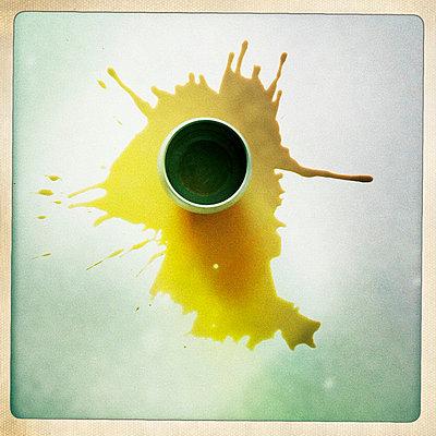 Spilled coffee - p586m727495 by Kniel Synnatzschke