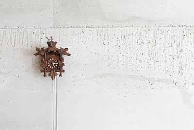 Kuckucksuhr an Betonwand - p834m885841 von Jakob Börner