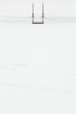 Schwimmbad im Winter - p919m1109538 von Beowulf Sheehan