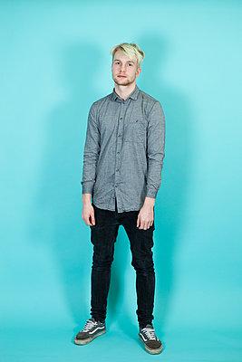 Junger Mann mit grauem Hemd - p1195m1540251 von Kathrin Brunnhofer