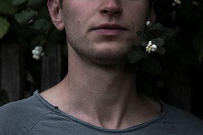 Männergesicht vor Zaun, Anschnitt - p1650m2230883 von Hanna Sachau