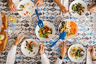 Close-up of friends having healthy lunch together - p300m2143863 by Josep Rovirosa