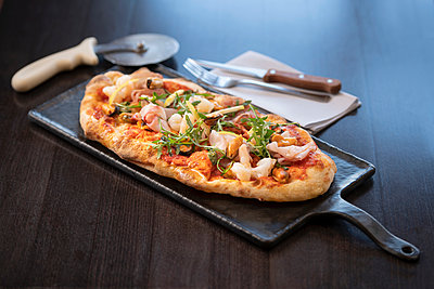 Seafood Pinsa Romana, a Roman style pizza blend reducing sugar and saturated fat, containing rice and soy with less gluten - p429m2077973 by Monty Rakusen