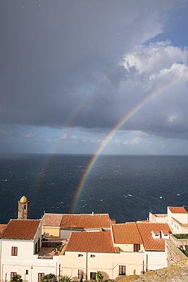 Doppelregenbogen über einem Dorf in Italien - p930m1222011 von Phillip Gätz