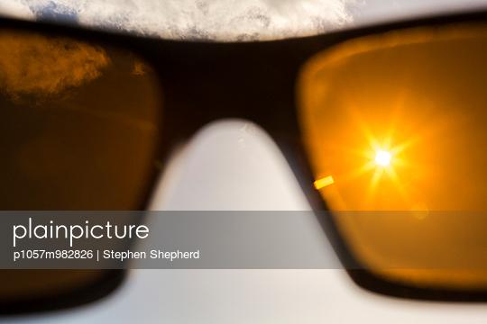 Gelbe Sonnenbrille - p1057m982826 von Stephen Shepherd