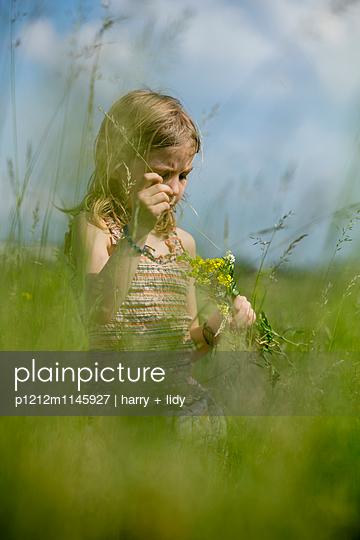 Mädchen mit Blumenstrauß in der Wiese - p1212m1145927 von harry + lidy