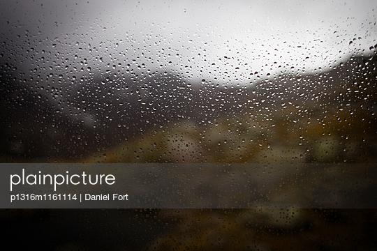 Regentropfen auf Fensterscheibe einer Hütte, Hinteres Gschnitztal, Stubaier Alpen, Tirol, Österreich - p1316m1161114 von Daniel Fort