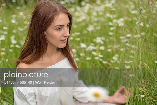 Meditieren auf einer Blumenwiese - p1433m1585140 von Wolf Kettler