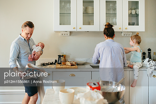 Family in kitchen - p312m1556861 by Anna Rostrom