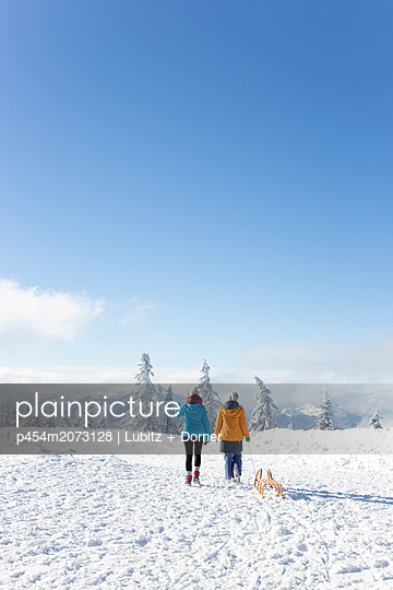 Across the beautiful winter wonderland - p454m2073128 by Lubitz + Dorner