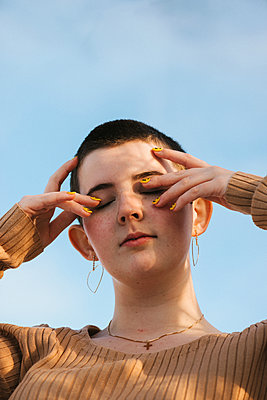 Calm teenage girl, portrait - p1507m2233833 by Emma Grann