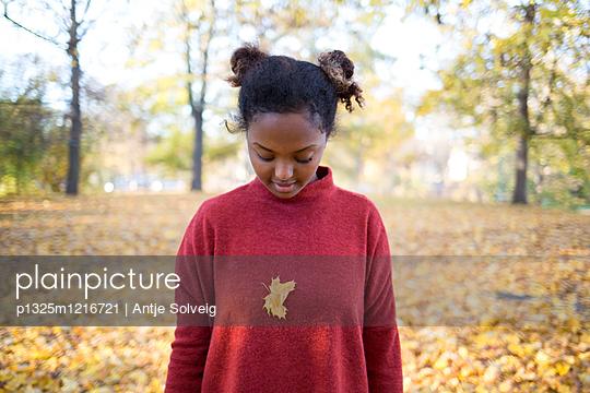 Junge Frau im herbstlichen Park - p1325m1216721 von Antje Solveig