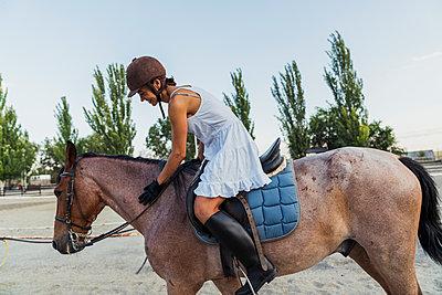 Woman riding on horse - p300m2042169 by Kike Arnaiz