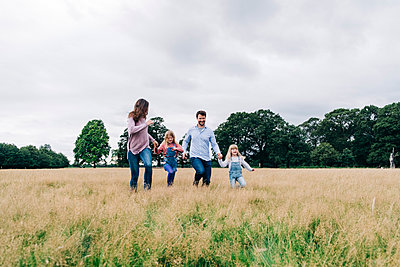 Family having fun at the park. London, England. - p300m2298957 von Angel Santana Garcia