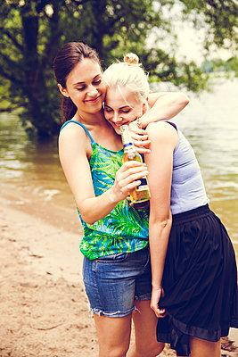 Freundinnen am Fluss - p904m932304 von Stefanie Päffgen