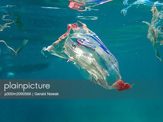 Plastic waste floating in the sea - p300m2090566 von Gerald Nowak