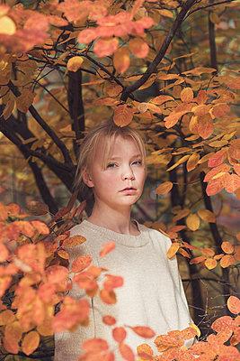 Teenage girl in an autumn forest - p1323m2128494 von Sarah Toure