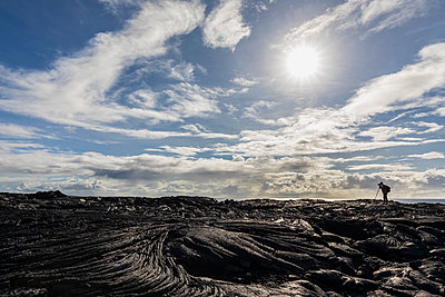 USA, Hawaii, Big Island, Volcanoes National Park, Ka Lae Apuki, photographer on lava field - p300m2103308 by Fotofeeling