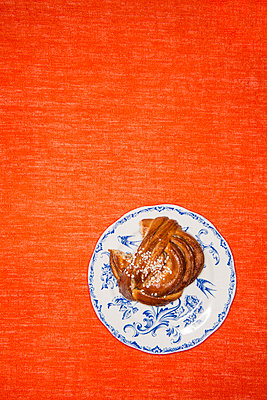A bun on a plate - p312m1470935 by Elliot Elliot