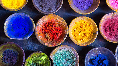 Vibrant pigment powder in clay dishes - p429m2069087 by Henglein and Steets