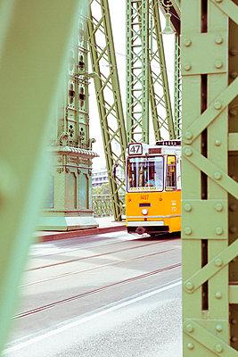 Alte Straßenbahn in Budapest auf Kettenbrücke - p432m2022360 von mia takahara