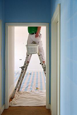 Maler auf Leiter beim Anstreichen - p719m2164400 von Rudi Sebastian