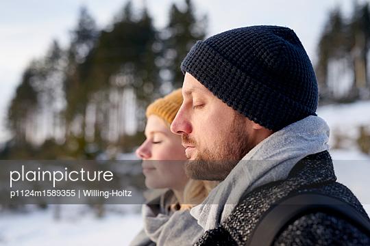 Junges Paar macht einen Winterspaziergang - p1124m1589355 von Willing-Holtz