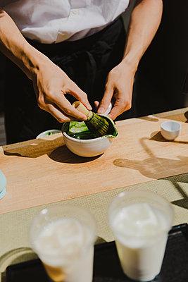 Mann bereitet Matcha-Getränk zu - p432m2116484 von mia takahara