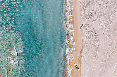 Going for a walk on the beach, aerial view - p713m2289197 by Florian Kresse