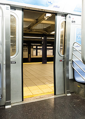 Public transport, open door of underground, shutdown due to Covid-19, New York City - p758m2183900 by L. Ajtay
