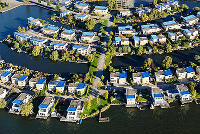 Häuser am Wasser - p1120m1042451 von Siebe Swart