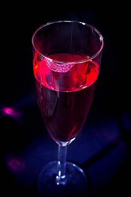 Lipstick on glass of champagne - p1149m2038764 by Yvonne Röder