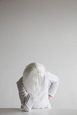 Frau mit weißer Perücke am Tisch - p1212m1123478 von harry + lidy