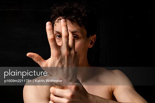 Blick durch die Hand - p1609m2211751 von Katrin Wolfmeier