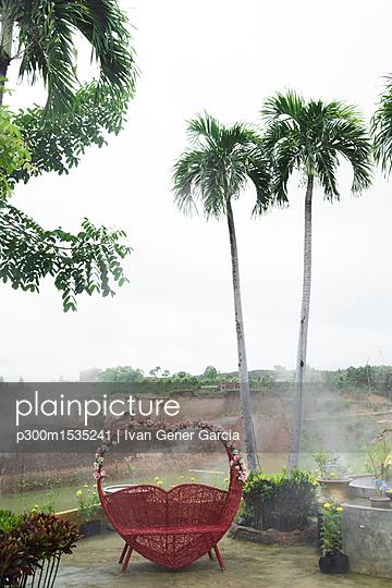 plainpicture | Photo library for authentic images - plainpicture p300m1535241 - Thailand, Chiang Mai, Bench... - plainpicture/Westend61/Ivan Gener Garcia