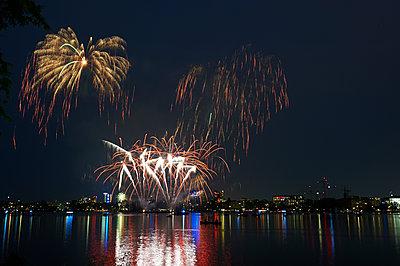 Feuerwerk vor Stadtsilhouette - p763m1057715 von co-o-peration